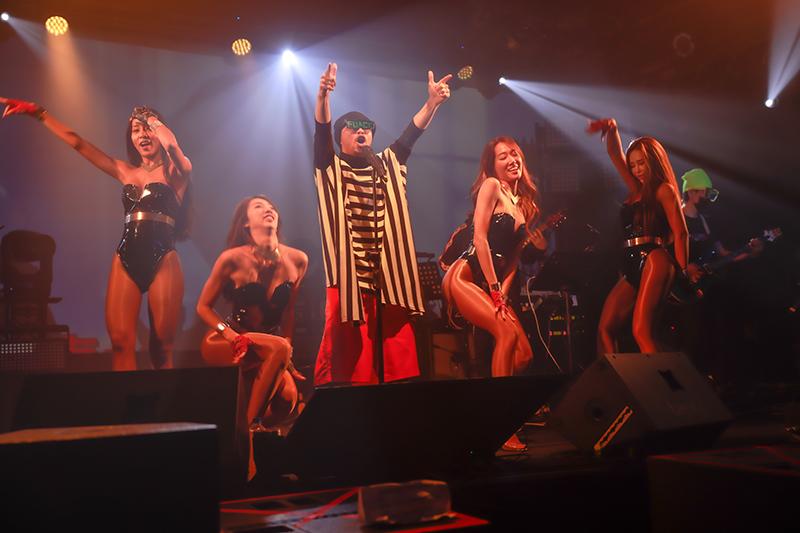 【車勢星聞】黃明志《禁歌精取之夜》演唱會請來性感Luxy girl助陣,搭配歌曲《咪咪》、《不要去Club》。(圖:亞洲通文創提供)