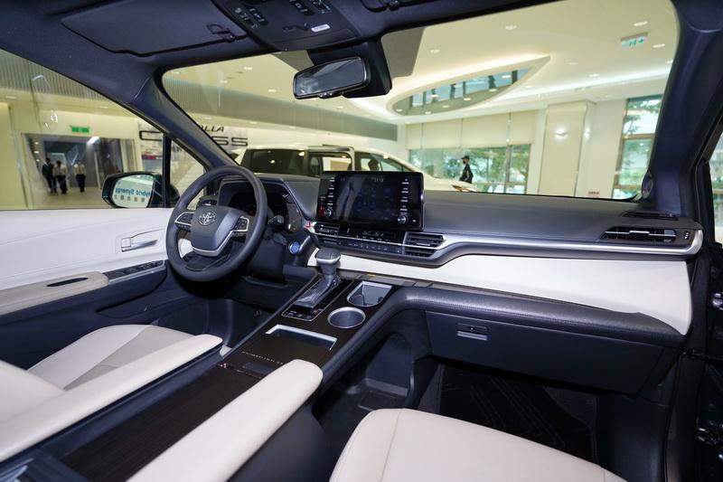 車室方面也換上全新格局面貌,繁雜的的設計不復見,並透過軟質飾板與皮革鋪陳,營造出簡約卻不失質感的氛圍