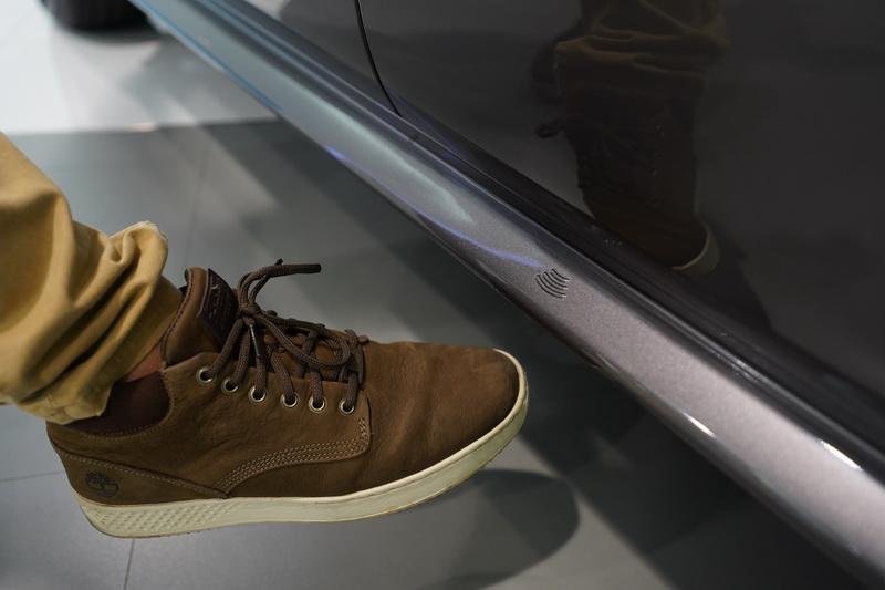 足踢感應電動滑門為大改款的標準配備