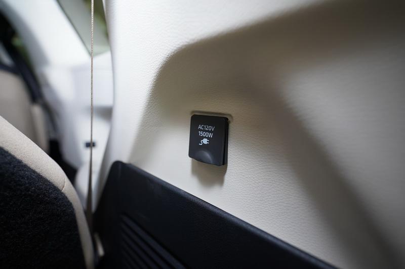 尾廂一側備有可插一般家用電器的AC120V 插座