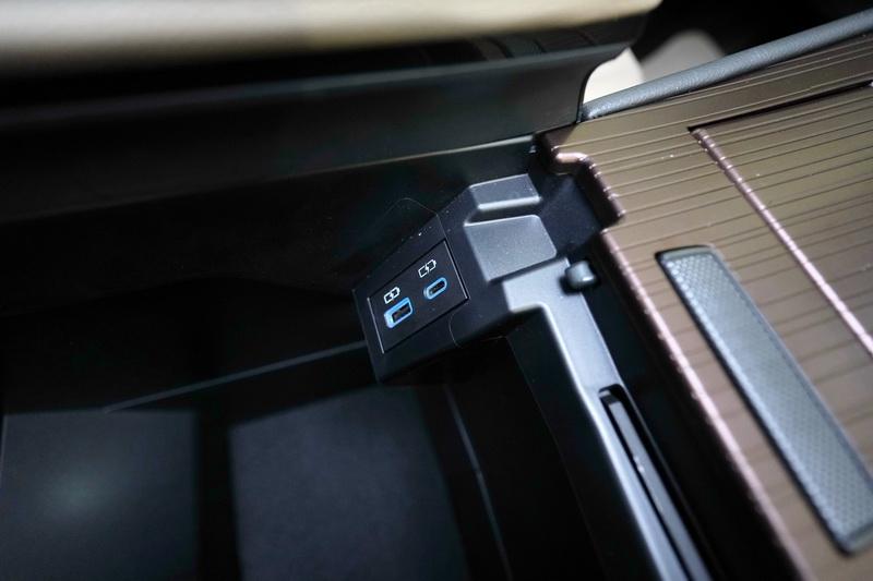 手套箱內備有兩組Type C規格的充電插座