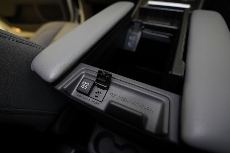 中央扶手後方也有提供2組Type C充電插座給予後方乘客使用