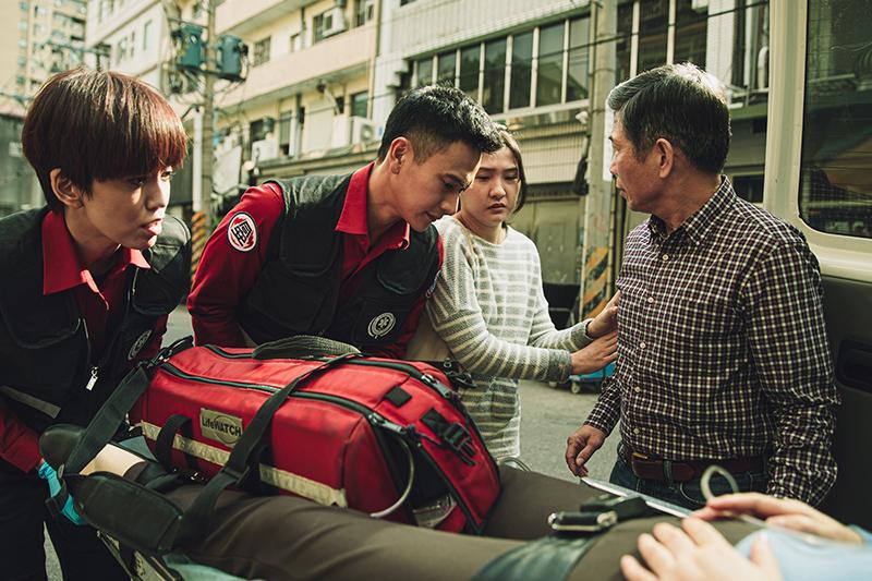 【車勢星聞】陳庭妮(左)在《火神的眼淚》飾演劇中唯一的女消防員,與劉冠廷(左2)共同執行救護工作。(圖:公共電視提供)