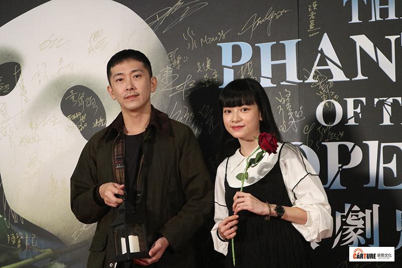 【車勢星聞】施名帥(左起)、姚愛甯觀看百老匯音樂劇《歌劇魅影》。