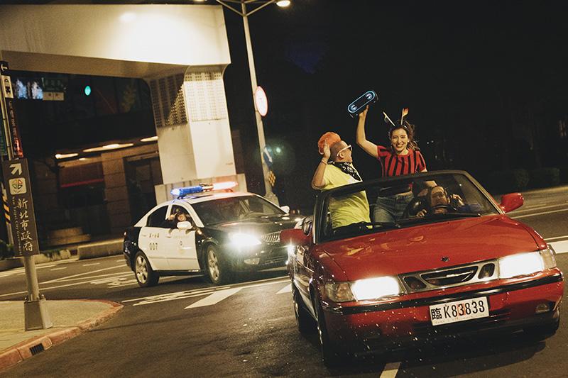 【車勢星聞】Lara梁心頤拍攝《玩轉》MV夜遊兜風,沈浸音樂最後結局竟被帶上警車!(圖:妹妹娃娃多媒體提供)  【戲劇效果,請勿模仿】