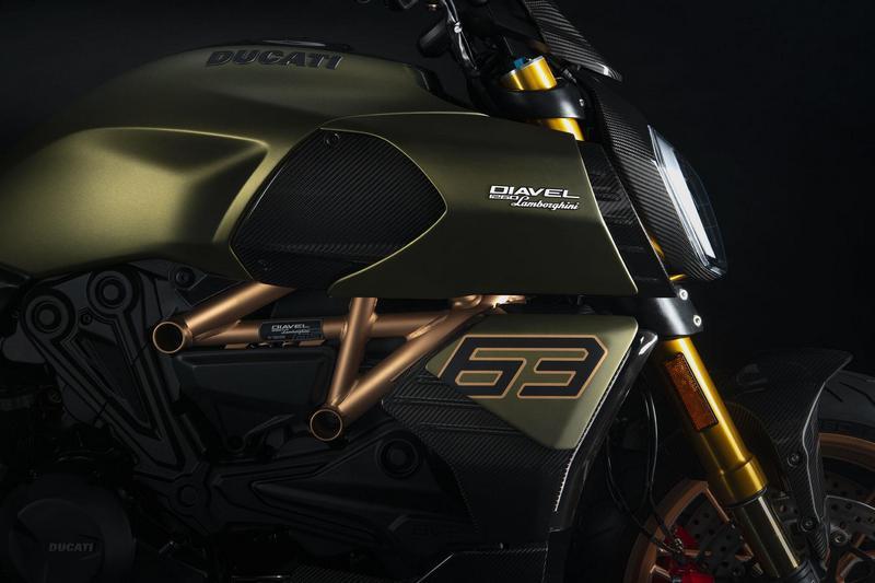 車身也配有63字樣,並且於進氣口、散熱蓋、頭燈架.....等採用碳纖維材質。