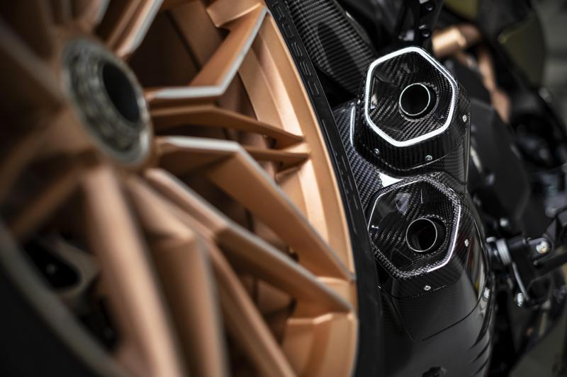 排氣管也換上擁有Lamborghini元素的六角型碳纖維排氣管。