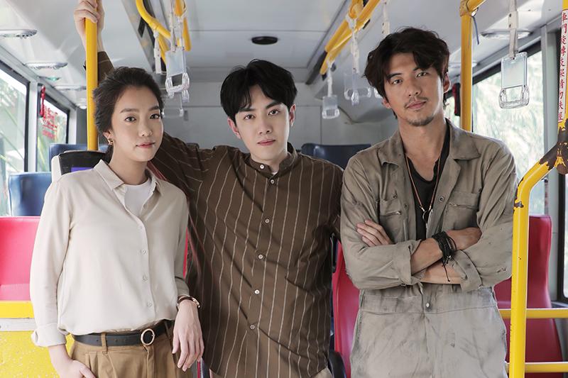 【車勢星聞】李友廷(中)拍《如果你也愛我就好了》MV困在公車裡嚇得半死。(圖:華研國際提供)