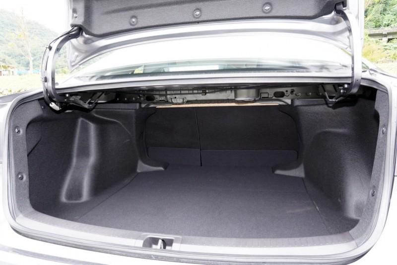 受限尾部造型在開口高度上敬陪末座,因此較高的物件無法直接置入尾廂