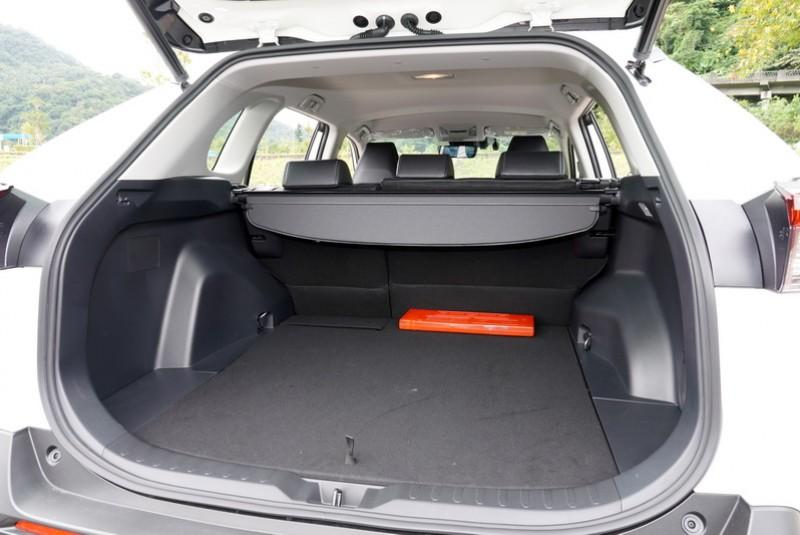 行李箱深度在滿座狀態下加長了65mm,最寬處也多了159mm,對於置放大型物件能有更靈活的空間運用