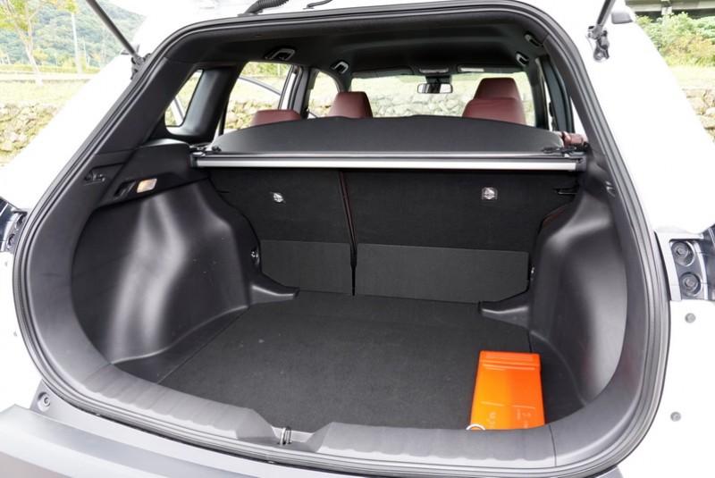 行李廂空間跟中大型SUV比起來還是差了一截,不過滿載狀態下487公升的行李廂空間已是同級中的佼佼者