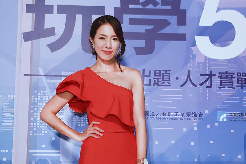 【車勢星聞】黃瑄主持「玩學5G」特展 ,爆跟老公關係是「筆友」。(圖:民視提供)