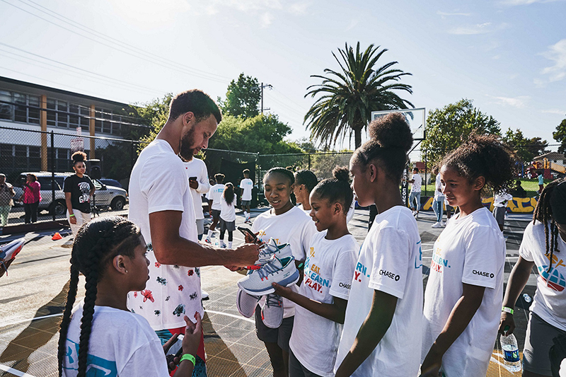 Curry Brand部分所得收益將回饋於資源匱乏的社區,並將贊助學生球隊、提供設備。(圖:品牌提供)