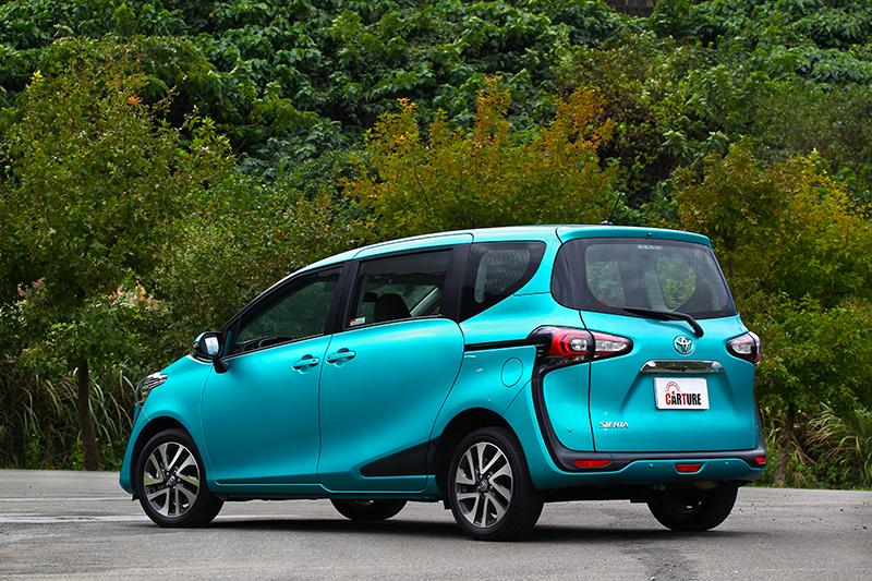 四車最吸引鄭捷的是Sienta,高機能空間與側滑門不僅方便載人,當作公司車更是便利。