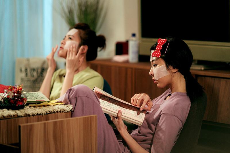 【車勢星聞】《天巡者》邵雨薇(右起)失憶,被程雅晨「撿」回家成好閨蜜。(圖:三立提供)