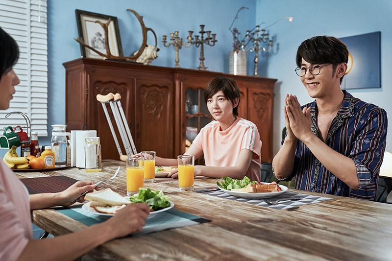 【車勢星聞】汪東城在《因為我喜歡你》劇中為郭雪芙做早餐。(圖:八大提供)