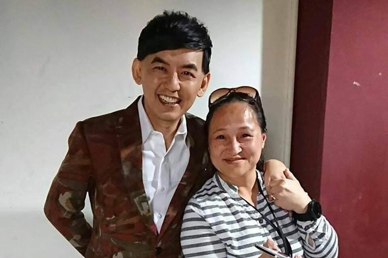 【車勢星聞】黃子佼(左)與王秀娟合照。(圖:創藝多腦河提供)