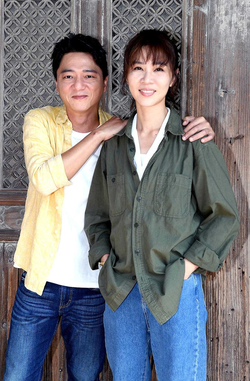 【車勢星聞】《俗女養成記2》主要演員藍葦華(左起)與謝盈萱。(圖:華視提供)