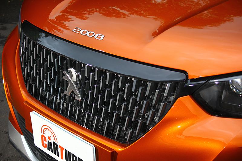 試駕的GT版本擁有討喜的縱向鍍鉻水箱護罩,既霸氣又精緻。