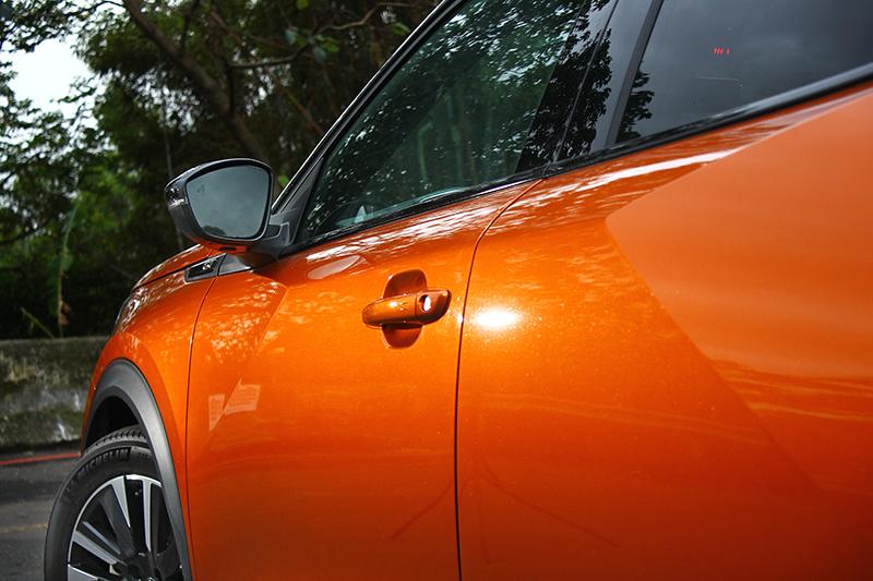 注意看車側鈑件的摺痕,你可以察覺更多設計師巧思。