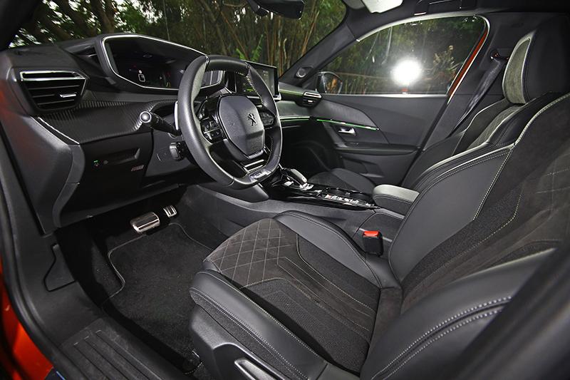 大面積軟質膠料處理,成就同級CUV絕無僅有的優異座艙質感。