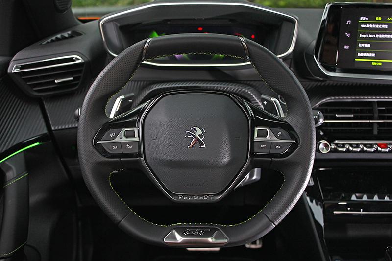 i-Cockpit®座艙特有的小尺寸方向盤,視覺與觸覺皆屬上乘。