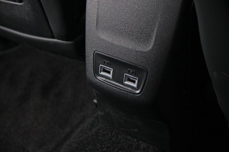 就算後座依然有兩個USB充電孔,雙前座椅下方還有腳部出風口。