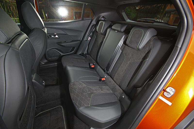 後座空間超乎想像舒適,受惠於車窗設計與全景可開啓式玻璃車頂壓迫感也並不嚴重。