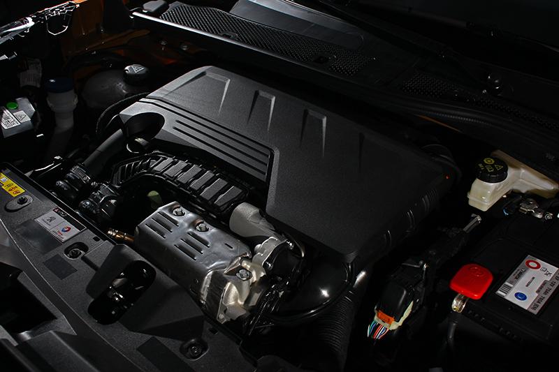 直列三缸渦輪增壓汽油引擎排氣量雖僅有1,199c.c.c,但卻可迸發155bhp與24.5kgm豐沛輸出。