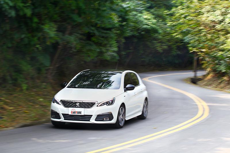 308 1.5L BlueHDi盡顯法系掀背優勢,彎中一派刁鑽之餘,再加速體感亦隨傳隨到。