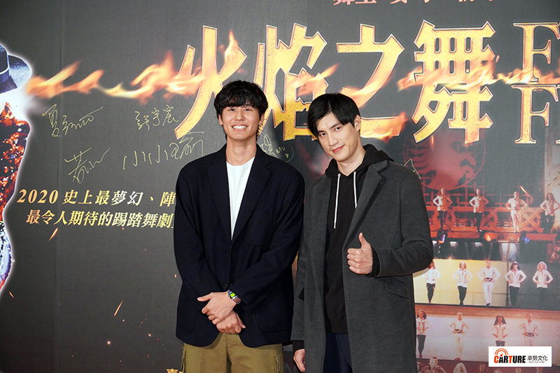 【車勢星聞】羅宏正(右起)、風田觀摩《火焰之舞》了解何謂「整齊劃一」。