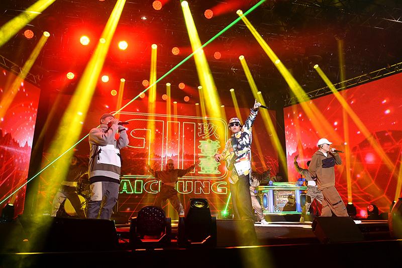 【車勢星聞】玖壹壹於新北歡樂耶誕城,用饒舌炸翻全場氣氛。(圖:TVBS提供)