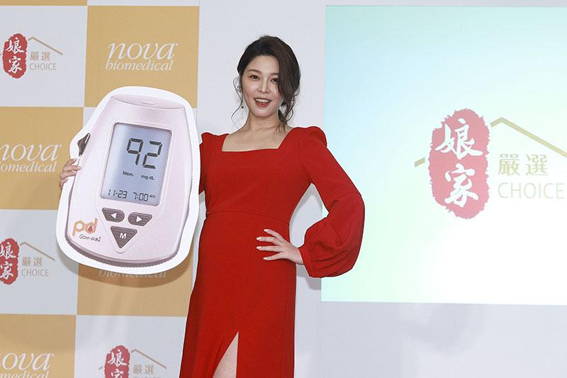 【車勢星聞】白家綺挺孕肚代言居家血糖機。(圖:民視提供)