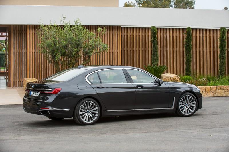 白色以38%再度成為第一名,而豪華車最愛的黑色則以19%排在第二。