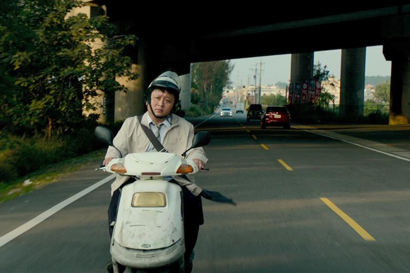 【車勢星聞】《同學麥娜絲》納豆厭世騎車場景也被起底。(圖:甲上提供)