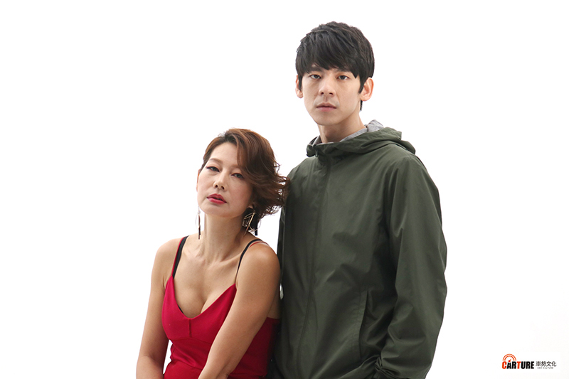 【車勢星聞】電影《青春弒戀》林柏宏(右起)沒洗頭,撿屍酒醉丁寧扛著爬樓梯。