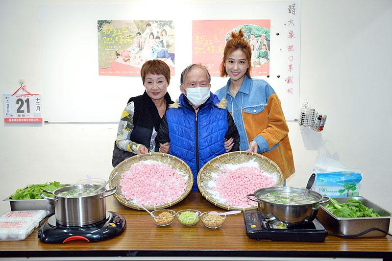【車勢星聞】《粉紅色時光》演員鮑正芳(左)、方志友(右)冬至搓「粉紅」湯圓慶團圓。(圖:TVBS提供)