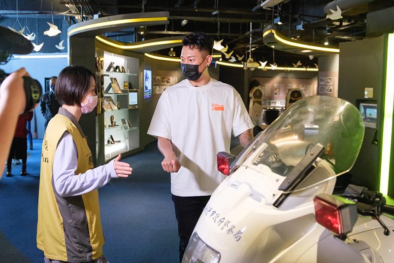 【車勢星聞】瘦子(右)表示可以體驗警察的工作覺得很興奮。(圖:華映娛樂提供)