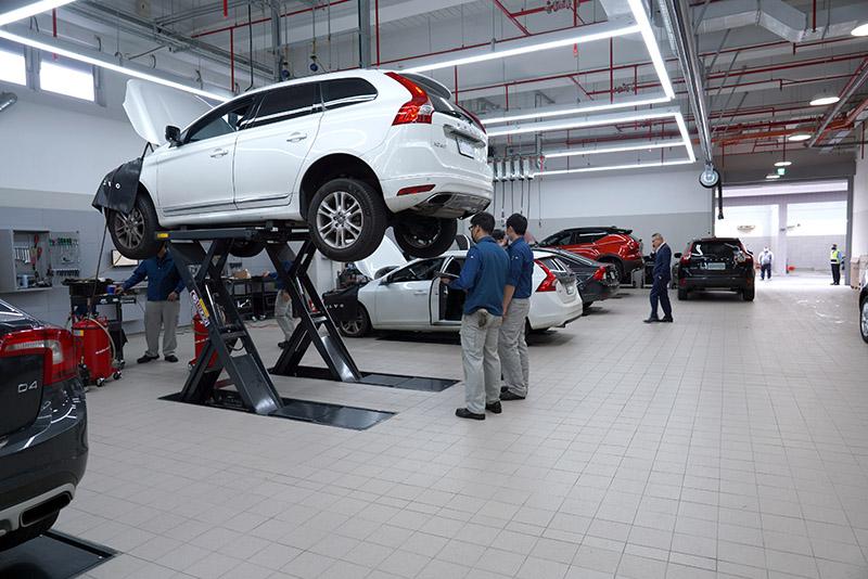 一樓維修接待區,配置 13 個原廠標準工作位及一座全功能輪胎更換、平衡與定位的工作站。