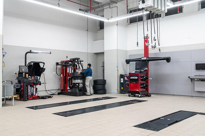 全功能輪胎工作站採用全台少見的Hunter Elite 3D 四輪定位機、Hunter TCRH 全自動拆胎機與Hunter RFE 道路模擬平衡機,提供精準、精緻、高效的輪胎拆換及定位服務。