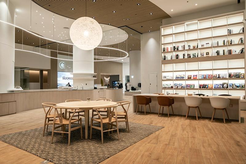 流線造型的餐飲吧檯供應不同風味的手沖咖啡、熱茶及精緻茶點。
