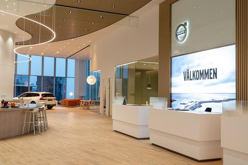 三樓為新車展示及客休區,挑高 6.4 米的展示大廳可同時呈現 10 台車款。