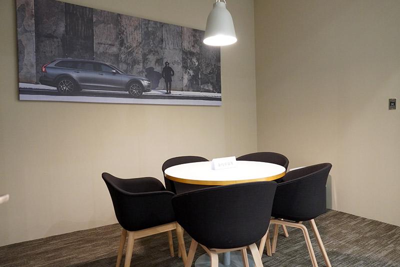 環繞三樓各處的 8 間獨立 VIP 商談室。