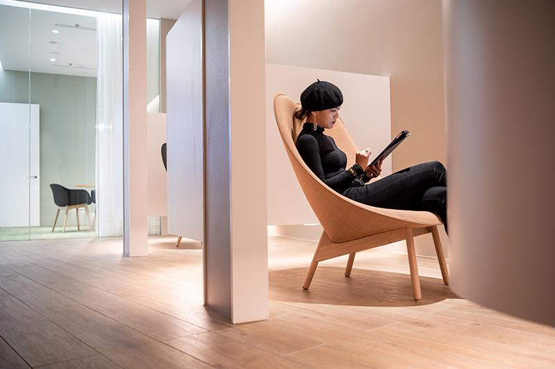 值得一提的空間巧思莫過於客休區的獨立休息區,仿造飛機頭等艙的私人空間感。