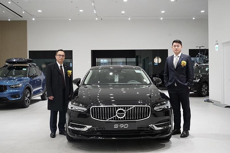 國際富豪汽車總裁陳立哲先生(左)與凱銳汽車董事長林傳凱(右),一齊宣布 VOLVO 凱銳新莊全新 VRE 旗艦展示中心暨服務廠正式開幕營運。