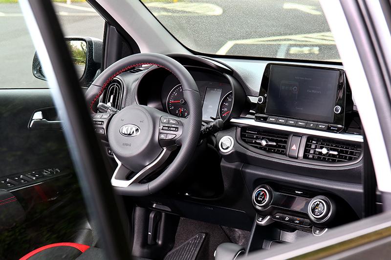 座艙並未做任何變動,但憑藉飾板細膩的壓花即使入門車型但卻不會顯得過於廉價。