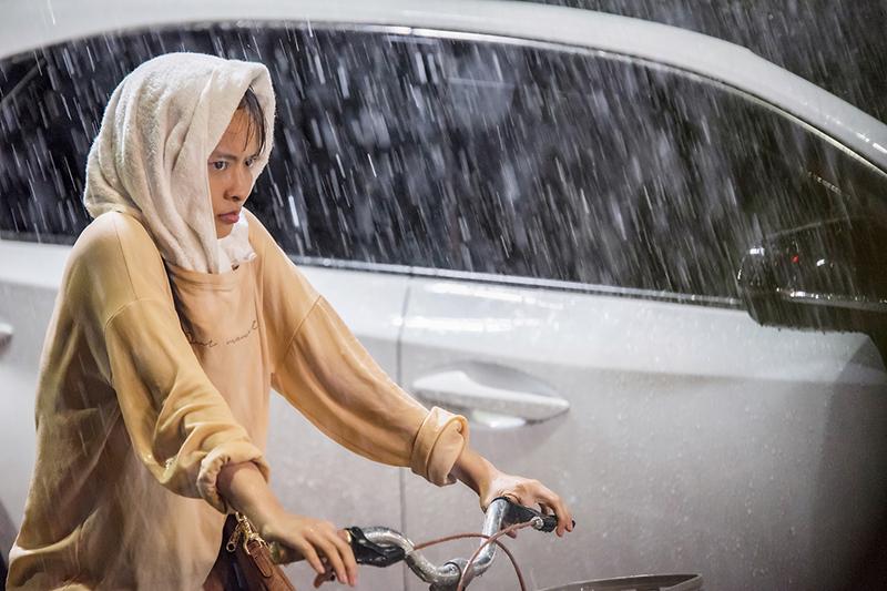 【車勢星聞】《王牌辯護人》葉星辰在暴雨中拍戲。(圖:東森戲劇提供)