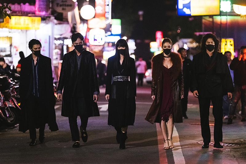【車勢星聞】荷蘭演員薛斯布隆(左起)、曹晏豪、鍾瑶、安妮、阮承恩在電影《狂歡時刻》角色戴上口罩,意外符合時事。(圖:光譜映像提供)