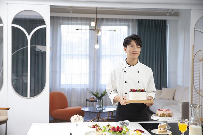 【車勢星聞】韋禮安《請你嫁給我》MV廚師造型帥氣化身求婚蛋糕師。(圖:耀聲音樂提供)