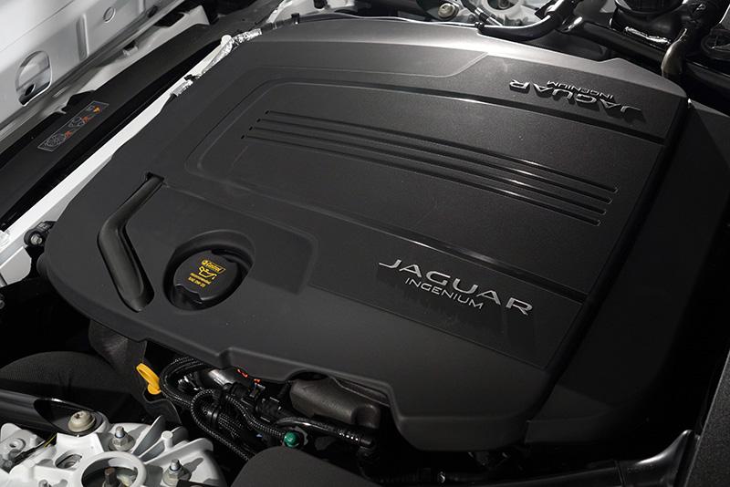 P300 R-Dynamic車型配置Ingenium 2.0升四缸渦輪增壓引擎,可創造300PS/400Nm的充沛動力。